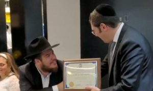 WATCH: Menashe Miller presents Yapchik Chef with plaque in honor of his Wedding.